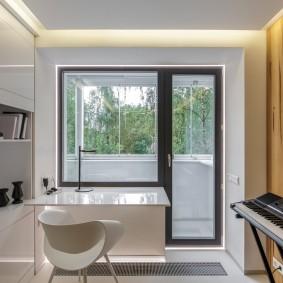 Глянцевый стол вместо подоконника в гостиной комнате