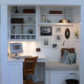 Место для домашнего офиса в нише стены гостиной
