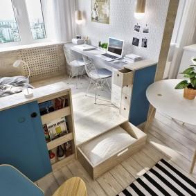 Рабочая зона на подиуме в гостиной