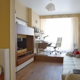 Небольшая гостиная с подиумом перед окном
