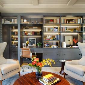 Встроенный стеллаж в гостиной частного дома