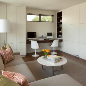 Встроенные шкафы в светлой гостиной