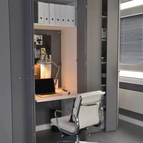Серый шкаф со встроенным рабочим столом