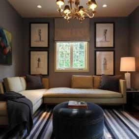 Интерьер гостиной комнаты с маленьким окном