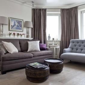 Интерьер гостиной комнаты с двумя диванами