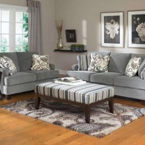 Пестрый коврик перед диваном в гостиной