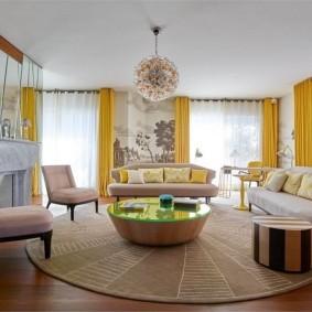 Желтые шторы в просторной гостиной