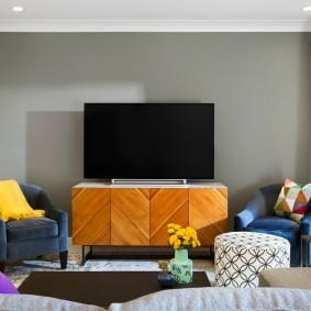 Яркая тумба под телевизором в гостиной