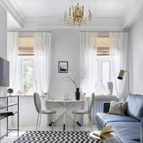 Белые шторы на окнах светлой гостиной