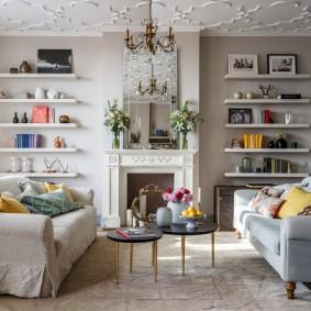 Простые полочки для декораций в гостиной