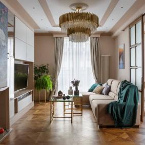 Большая люстра в гостиной частного дома