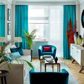 Бирюзовые шторы на окнах гостиной