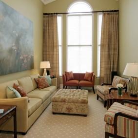 Декор большой картиной стены над диваном