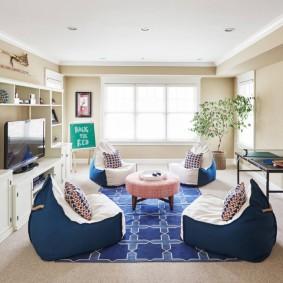 Бескаркасная мебель в гостиной комнате