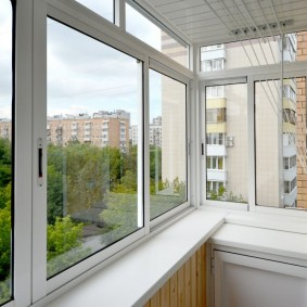 Сушилка для белья на балконе с раздвижными окнами