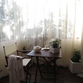 Складная мебель в интерьере балкона