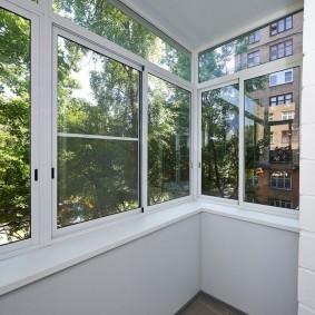 Светлая отделка балконного пространства