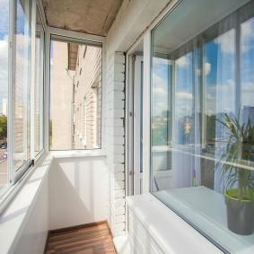 Узкий балкон в двухкомнатной квартире