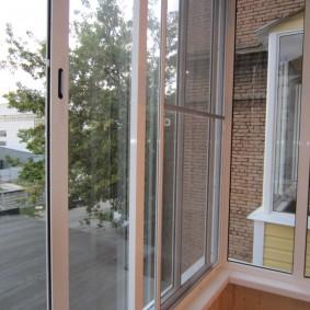 Раздвижные окна с москитной сеткой