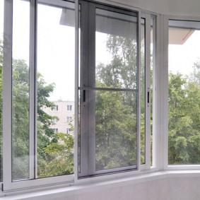 Холодные окна на балконе городской квартиры