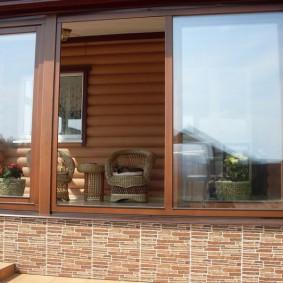 Деревянные окна на террасе частного дома