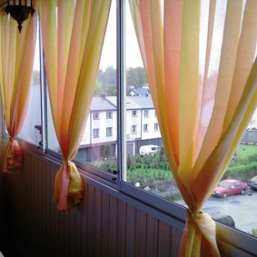 Короткие шторки на балконных окнах