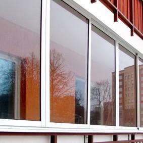 Вид снаружи балкона с раздвижными окнами