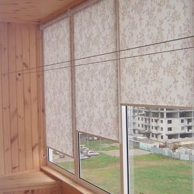 Рулонные шторы на балконных окнах