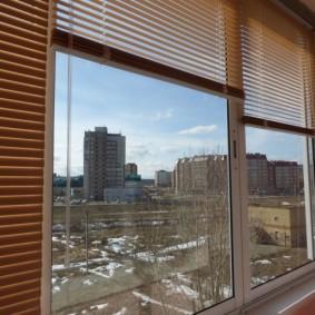 Коричневые жалюзи на окнах лоджии