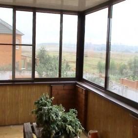 Темно-коричневые окна на балконе в частном доме