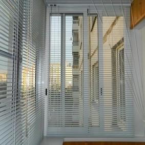 Пластиковые жалюзи на раздвижных окнах