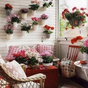 Плетенная мебель на лоджии с цветами