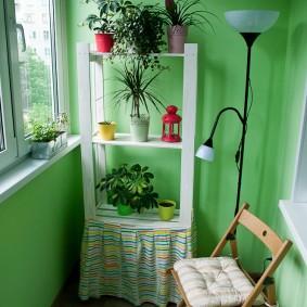 Зеленые стены балкона с остеклением