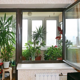 Открытая створка окна на балконе в спальне