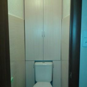 Самодельный шкаф за унитазом в туалете