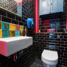 Черная плитка-кабанчик на стене в туалете