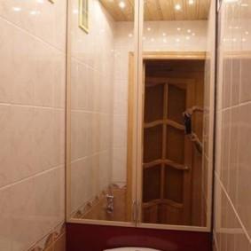 Интерьер туалета с зеркальным шкафчиком