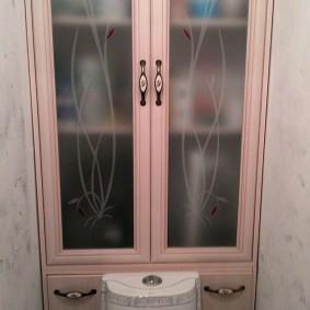 Полупрозрачные стекла на дверцах сантехнического шкафа