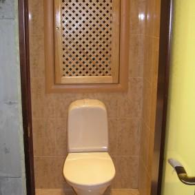 Деревянная дверка с мелкой решеткой