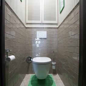 Зеленый коврик на полу в туалете