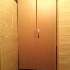 Подвесной шкаф за унитазом в санузле