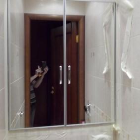 Зеркальные дверцы с металлической окантовкой