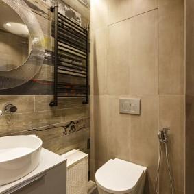 Светло-коричневая плитка на стене туалета