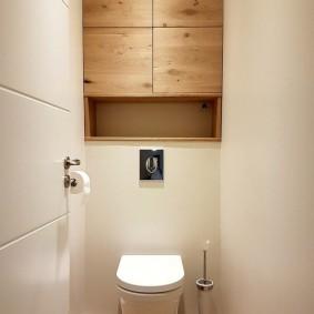Шкафчик из березовой фанеры над унитазом