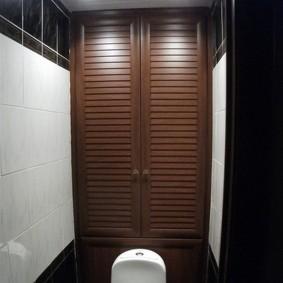 Дверцы с щелями для проветривания сантехнического шкафчика