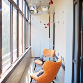 Оранжевые стулья в интерьере лоджии