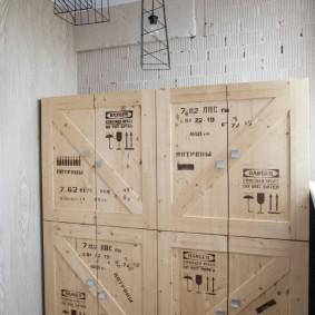 Деревянный шкаф из старых ящиков