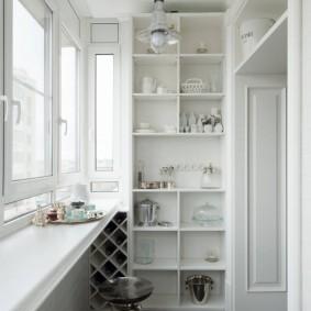 Встроенный стеллаж белого цвета