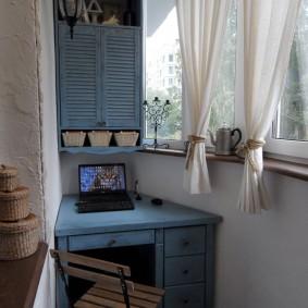 Старая мебель на лоджии с короткими шторами