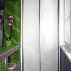 Узкий шкаф с раздвижными створками
